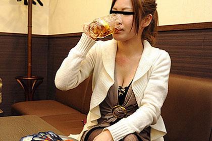 泥酔娘のパイパンワレメ酒に乾杯! 桐島れい