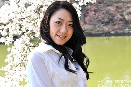 美形の奥様が自ら肉壷を開いておねだり。 児島冴子