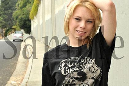 金髪娘になれた近藤君、路上でうんこ座りしている女の子に話しかけ・・・ / ミッシー