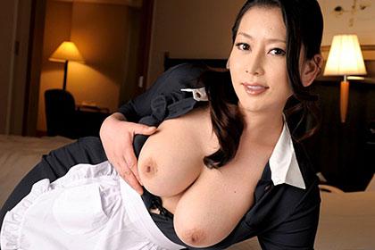 淫美熟女・ホテル客室係 お客様の部屋で自慰しているのが見つかって 北島玲