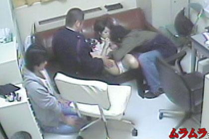 つい魔がさして万引きして捕まったカップル、通報だけはしないでくださいと警備員に口止めとして彼女を売る彼氏!