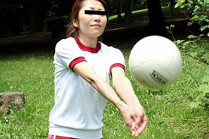 モデル募集広告に応募してきた熟女 学生時代のバレーボール部を思い出しブルマ姿で公園露出 須藤紀子