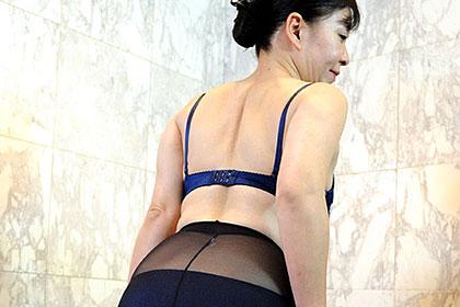 働く地方のお母さん 葬儀場勤務、真面目なスーツ姿で働く熟妻 田端聡子