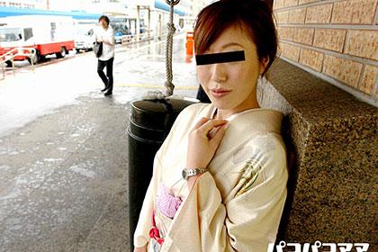 秋雨に濡れた公衆トイレで和服若妻に悪戯三昧 後藤麗香