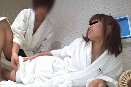 岩盤浴の個室でオナニーしてる女性客に猥褻マッサージ 溝口陽菜