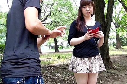 パンツが見えそうなミニスカートを履いている娘は誘っているのか?? 男2人で検証! 市井亜矢花