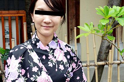 浴衣の奥は・・・ 自然派の剛毛マンコ妻 森本洋子