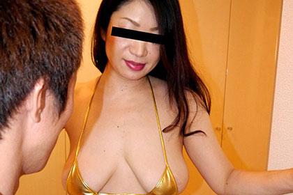 玄関先でスッポンポン16 ずっと淫語で挑発する垂れ淫乳の熟女 神崎美樹