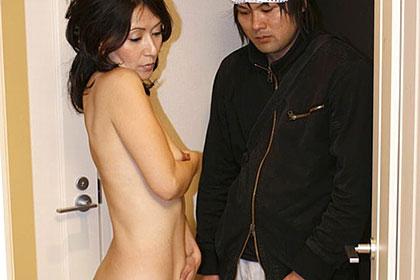 玄関先でスッポンポン ~高額羞恥のアルバイト~ 宮崎綾子