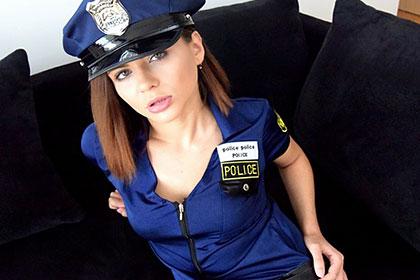 突然巡回訪問に来たセクシー美女ポリスと・・CUTIE POLICE ERIKA KORTI