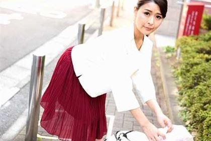 朝ゴミ出しする近所の遊び好きノーブラ奥さん 山中麗子(河合千里)