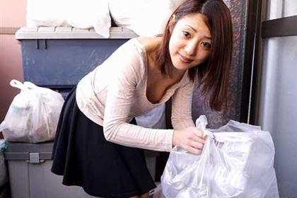 朝ゴミ出しする近所の遊び好きノーブラ奥さん 末吉りり(大原奈美江)