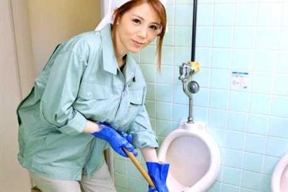 働く地方のお母さん チンポも綺麗にしてくれる掃除婦 小泉真希