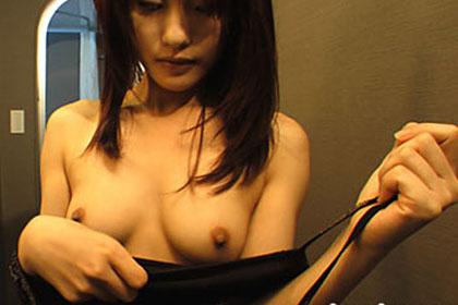 人妻美乳の香 岡田瞳